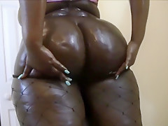 Marley Xxx Oils Up And Twerks Her Phat Ass!