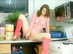 Amazing Unrasierte Milf Wichst In Der Küche
