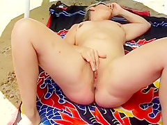 Amateur French Chubby Mature Masturbate At The P...