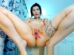 Webcam Babe Toys her shaven pussy Squirt
