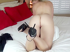 Elise Stripping and playing naked on the bed