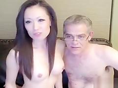Calda milf asiatica masturbata dall'amante in cam