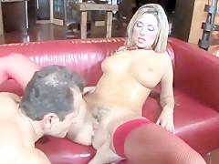 de blonde milf krijgt een harde paal in haar kut #1