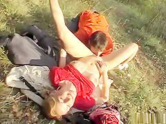 Stoute spelletjes in het gras