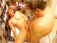 Vanessa overvallen in de badkamer