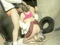 Une blonde soumise de 18 ans offre totalement sa chatte poilue dans un gangbang très extrême