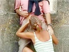 Mère à chatte poilue et sa fille enculées chacune dans son coin dans un petit champ de vigne