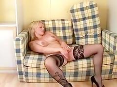 Joyce une maman mature sexy blonde s'exhibe dans une lingerie sexy noir devant un papy pervers et son jeune ami, les invite chez elle et se fait baiser chaudement par les deux.