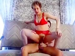 Le mec poursuit cette milf jusqu'a chez elle pour la baiser sauvagement dans sa lingerie rouge.