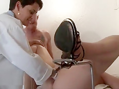 Un gynécologue pervers défonce le cul de sa patiente sous le regard de son assistante cochonne qui y participe.