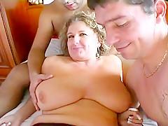 Cette cochonne blonde mature aux grosses mamelles est une patronne respectée qui était toute joyeuse de se faire gangbanguer par Heny et michel
