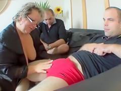 Une prof de littérature grosse et vicieuse offre son cul à deux mecs en rut
