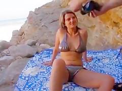 On a traîné cette jeune blonde à la chatte lisse jusqu'à la plage pour enculer son gros cul sans pitié