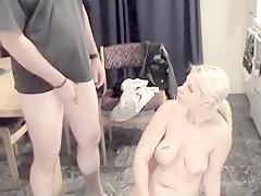 Cette salope est urophile, et adore s'hexiber devant des bites toutes dures, elle va nous en mettre plein la vue et les couilles dans cette vidéo porno.