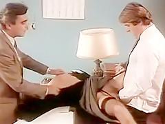 Pour obténir une promotion de poste,cette secretaire nymphomane accepte de sucer la queue de son patron dans le bureau