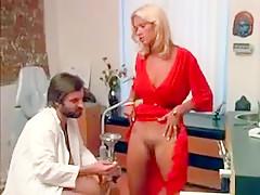 Une délicieuse blondinette très cochonne se fait culbuter par un dentiste super pervers dans son cabinet.