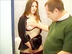 Le vieux voyeur suit une salope aux toilettes pour pouvoir défoncer son petit cul et d'assouvir sa soif de baise.
