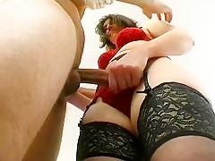Un plug dans le fion de cette garce mature de Sophie juste avant de la sodomiser devant son mari