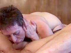 une mamie fait appel à un technicien chez elle le trouve coquin et sexy et se fait baiser sauvagement dans sa chambre