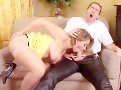 la jeune rousse aux gros seins fait appel à un vrai pro en baise brutale pour satisfaire son envie de queue