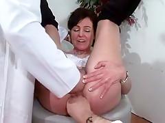 Joyce une mature complètement nymphomane se fait oscultée par deux gynécos pervers!
