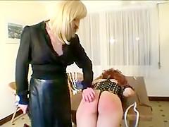 Wilma une jolie jeune fille rousse se prends une fessée sur la table par sa maitresse blonde très excitée