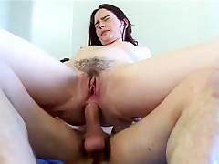 Le plombier débouche le trou du cul de ma copine en pleine intervention