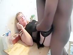 Notre charmante Mireille, une mère au foyer très perverse couine de plaisir pendant que son amant black s'occupe de sa chatte