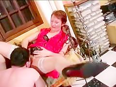 deux filles hot en train de se donner du plaisir ensemble dans le salon elles se lèchent mutuellement la chatte et explore des endroits excitants avec leurs langues et leurs doigts