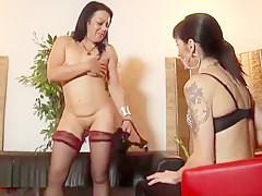 Une jolie brunette libertine portant une belle lingerie sexy s'est fait baiser en plein casting de façon hardcore avec son corps de charme.
