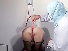 Cette mature se fait prendre par son docteur et son assistant pendant sa consultation devant notre caméra.