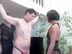 Aujourd'hui, c'est monsieur qui va se soumettre à sa femme maîtresse très dominante, aidée d'un vieux monsieur pervers.