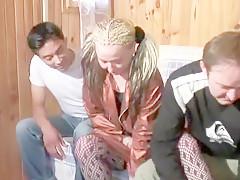 Petit tour dans les bois avant d'entrée pour offrir un gang bang digne de ce nom à cette blonde vicieuse en bas résilles