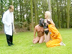 Une maîtresse blonde très sado maso dompte ses sujets en extérieure