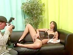 Libertine, Mia s'exhibe devant la caméra pour un shooting photo, avant de se faire rejoindre par Stan, pour une partie de jambes en l'air très torride.