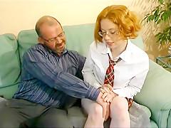 Une jolie rousse en tenue d'écolière baisée avec son prof!