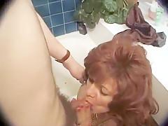 La vielle salope ne pense qu'a baiser et de prendre un gros coup de queue dans le cul, elle a une appétit de jeune fille pour son âge.