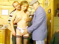 La rousse vicieuse est soumise à la baise sauvage que Papy pervers et un autre homme lui infligent sur un canapé, elle leur a fait une bonne pipe .