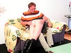 Après une fessée l'étudiante à lunettes va ouvrir la chatte au gros train de son maître!