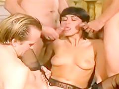 Ambiance langoureuse très bandante et du bon baise sensuel entre ses accro de sex, le sperme coule a flot.