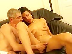 Belle beurette coquine et très chaude mature, se fait gangbanger par un groupe d'homme pervers, et la font crier de plaisirs dans cette vidéo porno.