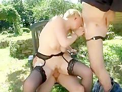 Jolie blonde sexy se fait chauffer grave sur le balcon par un papy très efficace en matière de sexe