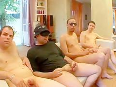 Kathie et son amie se sucent les seins et la chatte avant que quatre hommes les pénètrent tour à tour jusqu'à leur foutre du sperme au corps.