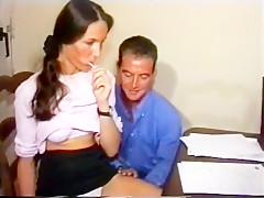 Ce prof vicieux encule une jeune étudiante chez elle après un petit cours à domicile