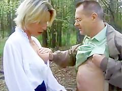 Un voyeur bien né tombe sur une blonde en chaleur au bord de la rivière et ça se termine par une bonne baise dans les bois après un anulingus baveux