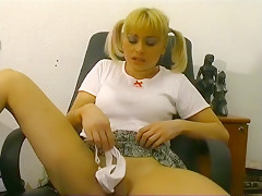La petite blondinette se fait lécher et prendre la chatte et le cul dans le bureau