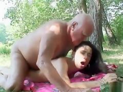 Tienersletje droogt de naakte bejaarde Pepe af na het zwemmen. Ze heeft massageolie mee en wil voor hem strippen.