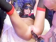 Stoute Carmen heeft iemand gepijpt en moet gestraft worden. De stoute meid krijgt een flink pak slaag!