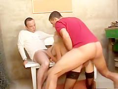 Tom en Dries zoeken sletjes die hun anus willen likken. Zal de blonde Tess erin trappen?