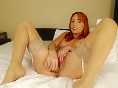 Natural redhead amateur fills her bubble butt with toys